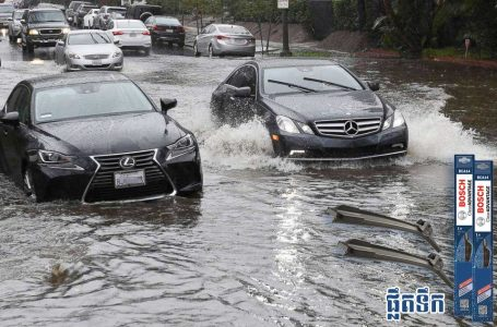 In the rainy season, you should know when driving through flooded roads to avoid off